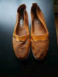 pair of brown leather flats Toronto, M2R 3A3
