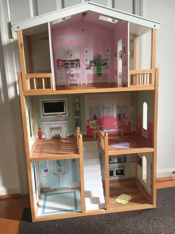 Doll house, perfect size for Barbies ad59ea78-9697-49e8-a21f-ed6a9e0e33f6