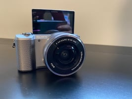 Sony a5000 w/ kit lens & charger