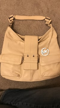White michael kors leather bag (Authentic)
