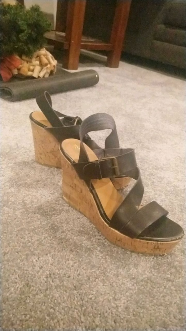 Mossimo size 9 black leather and cork wedges 65814e1d-2386-4333-baec-10bb0bc76603
