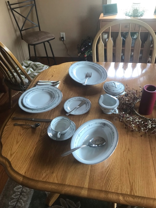 Complete formal dining set 2f6cecc5-b62e-4b58-b921-6b619044dad0