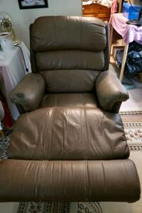 Lazyboy recliner brown leather  London, N6H 1T3