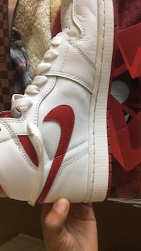 unpaired white and red Air Jordan 1 shoe 2261 mi
