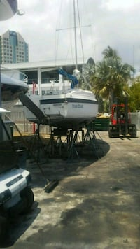 26 sailboat. Clean Title. Keel is retractable.  Miami, 33133