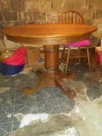 Round solid wood table and two chairs  Lenoir City, 37771