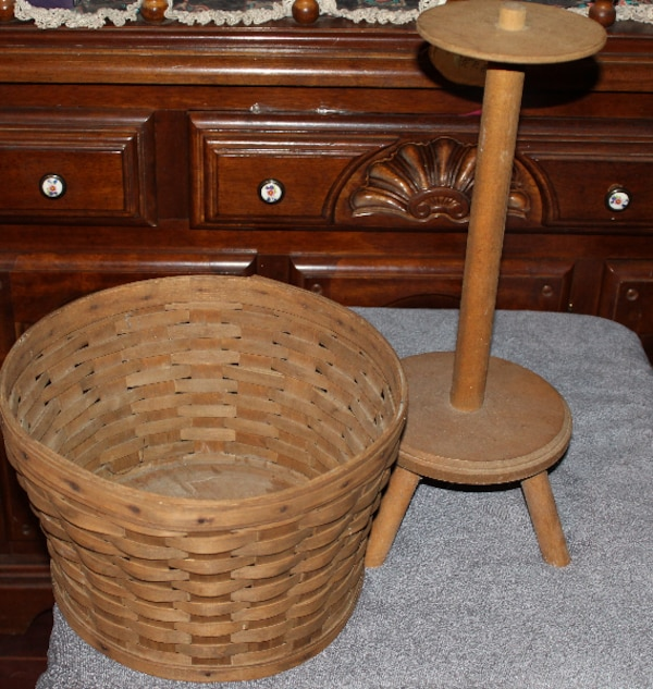VINTAGE 1979 PLANTER WITH STAND     ASKING $50.00    420f3f3f-a6c1-4c9f-a1a8-831fbecdfce6