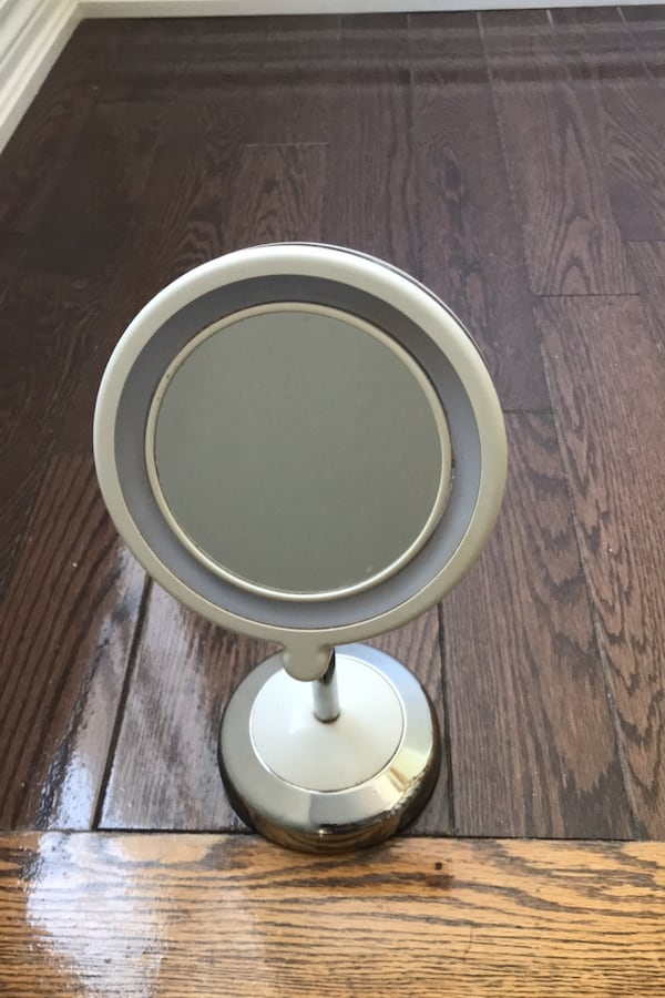Double-sided Makeup Mirror with Lights bb846639-2a23-41eb-8341-b5311e5a53f4