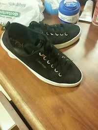 pair of black-and-white low top sneakers 1211 mi