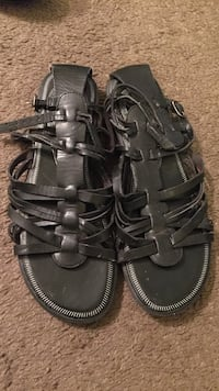 Pair of black leather sandals size 7.5 Madera, 93638