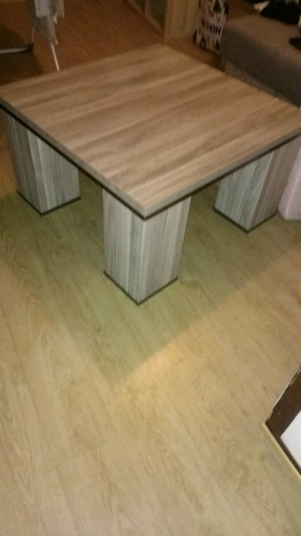 table basse carrée en bois beige