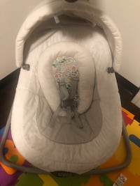 baby's white and gray bouncer 3250 mi