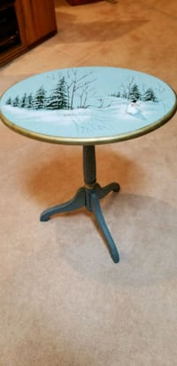 ADORABLE COUNTRY ACCENT FOLDING TABLE. 22H18W  Middleborough, 02346