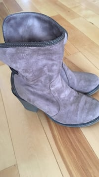 pair of gray suede boots 温尼伯, R3Y 1J3
