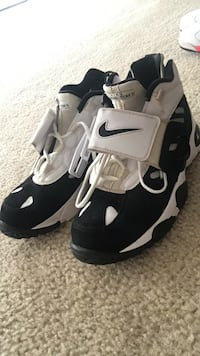 pair of black-and-white Nike basketball shoes Brandywine, 20613