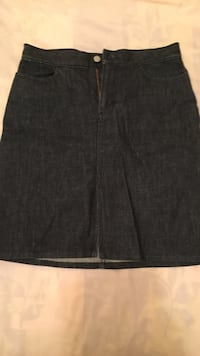 women's black denim skirt GAP design. Barely worn this skirt  Winnipeg, R2J 3X7