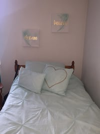 Comforter , 2 decorative pillows + 2 paintings London, N6H 4W1