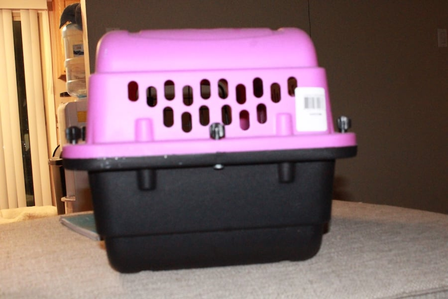 Pink and black dog/ animal kennel 9069f108-a857-484f-8ea7-1cf901976ce2