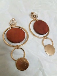 gold-colored and red gemstone encrusted earring 538 km