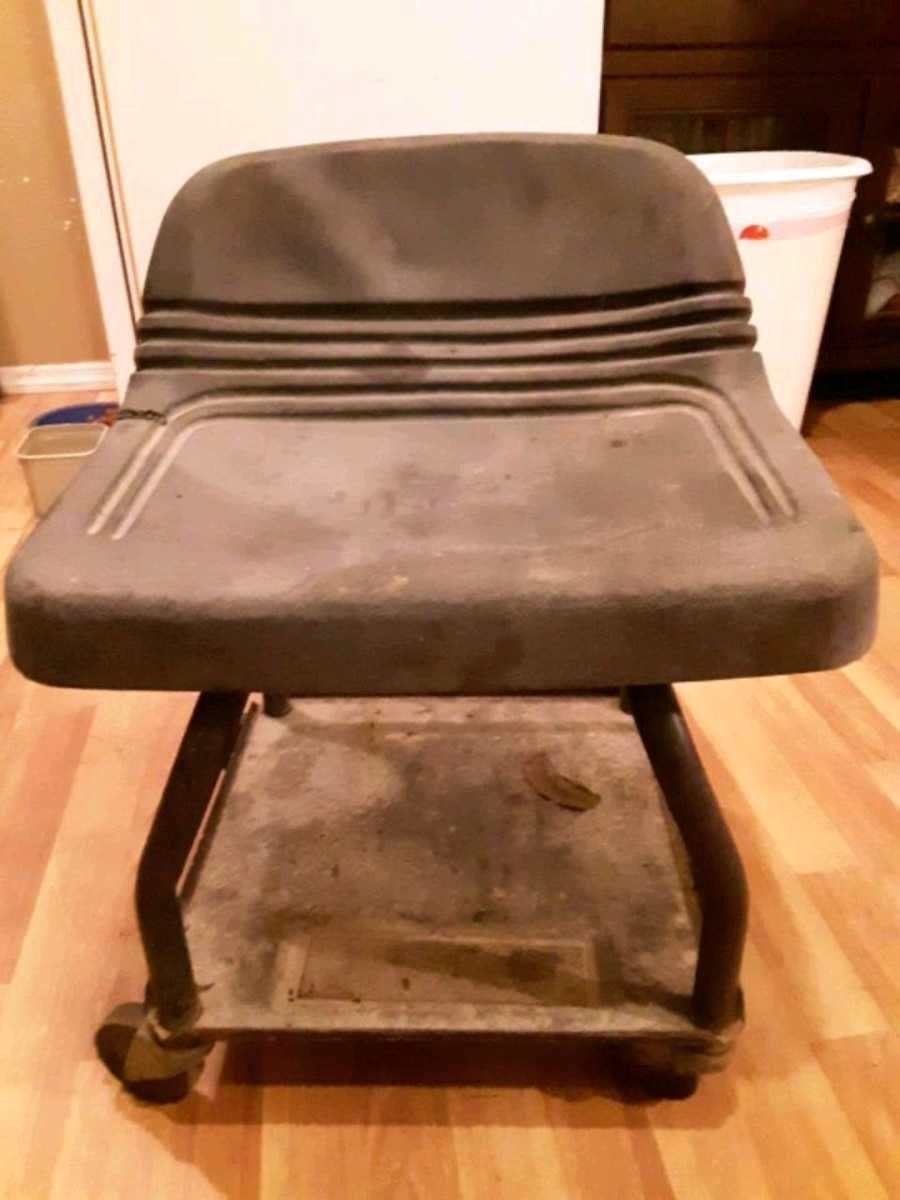 Photo Craftsman rolling tool chair