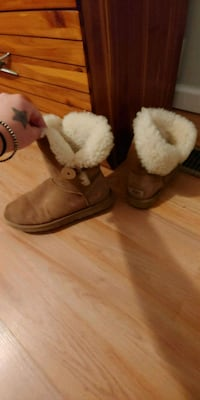 Womens button uggs  Perryville, 21903