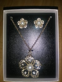 gold diamond studded necklace and earrings Glen Burnie, 21060
