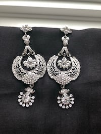 pair of silver-colored earrings King, L7B