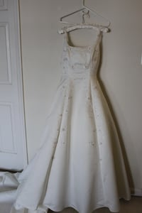 Off-white floral sleeveless wedding dress and veil Glen Burnie