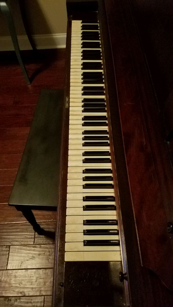 Piano upright brown 0c0ddccb-a4d5-491b-aed2-20a266cadcf6