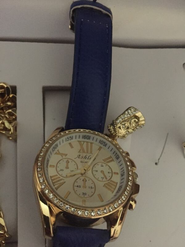 round gold-colored chronograph watch with blue leather strap 2acd3d5d-9d0b-425d-9bc4-6893bbc1703a