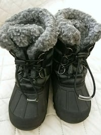 pair of black suede duck boots 38 km