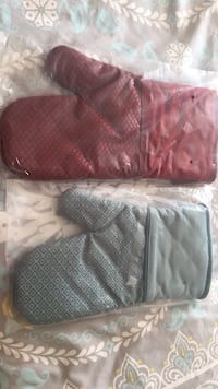 Brand new oven mitts with silicone grippers Hyattsville, 20782