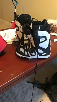 white-and-black DC snowboard boots Kelowna, V1P