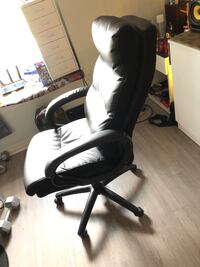 Black leather office rolling armchair Oshawa, L1G 7K4