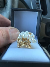 Ring - Gorgeous 14 ct gold with pearls.