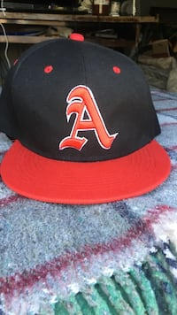 Black and red fitted cap Los Angeles, 90032
