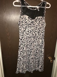 Size large womens dress with zipoer in back
