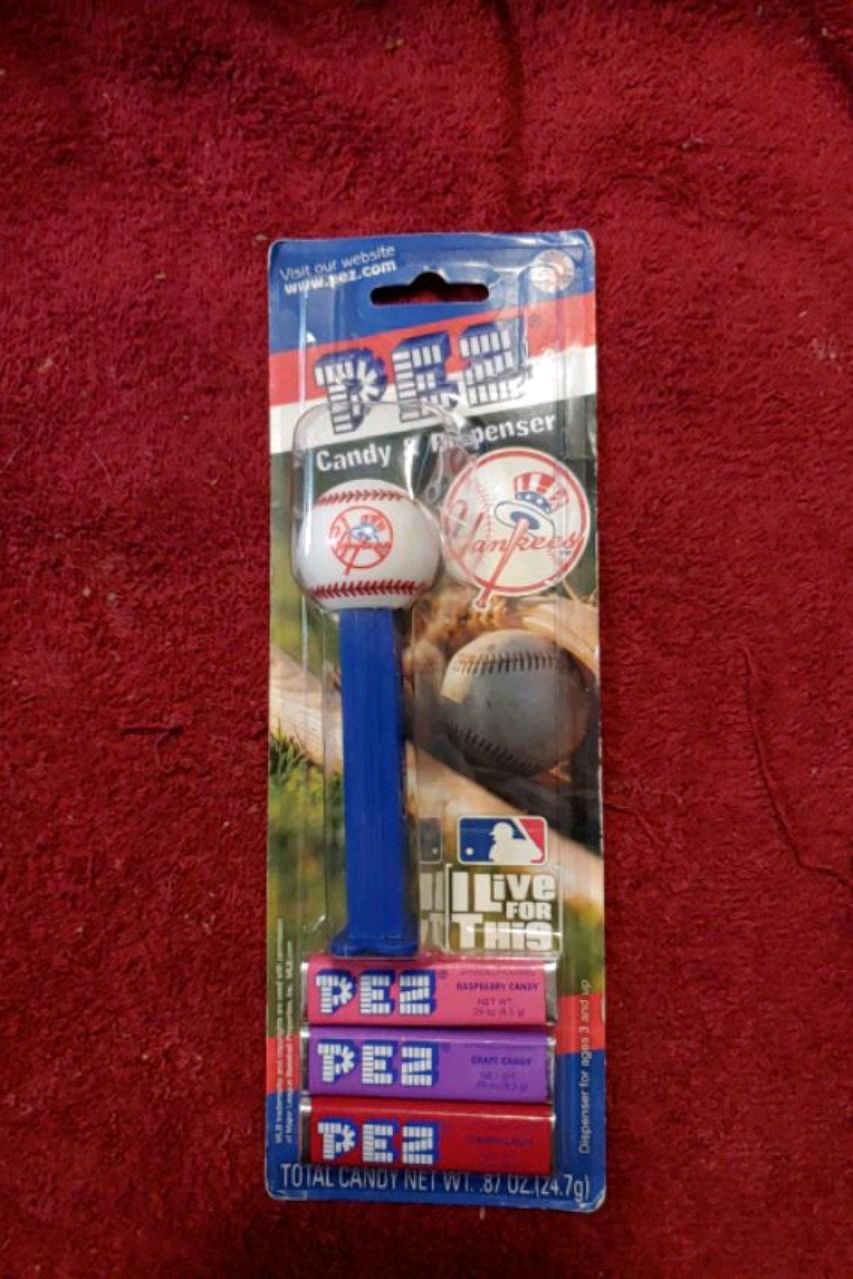 Photo Brand New Officially Licensed New York Yankees pea dispenser