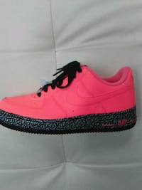 unpaired pink and black Nike low top sneaker Flushing, 11367