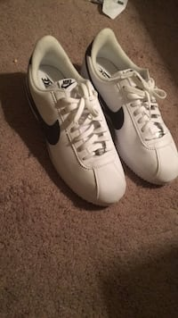 Pair of white-and-black puma sneakers Gainesville, 30501