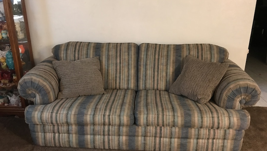 Throw Pillows Lagos : letgo - Lazy boy couch comes with pillows . I... in Troy, OH