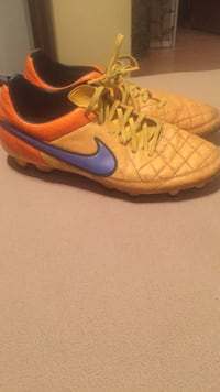 pair of yellow-and-black Nike cleats Spruce Grove, T7X 1E4