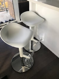 2 X WHITE BAR STOOL 539 km