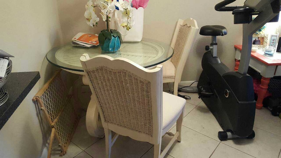 Used beautiful white dining table set in palm beach gardens for Table 52 west palm beach