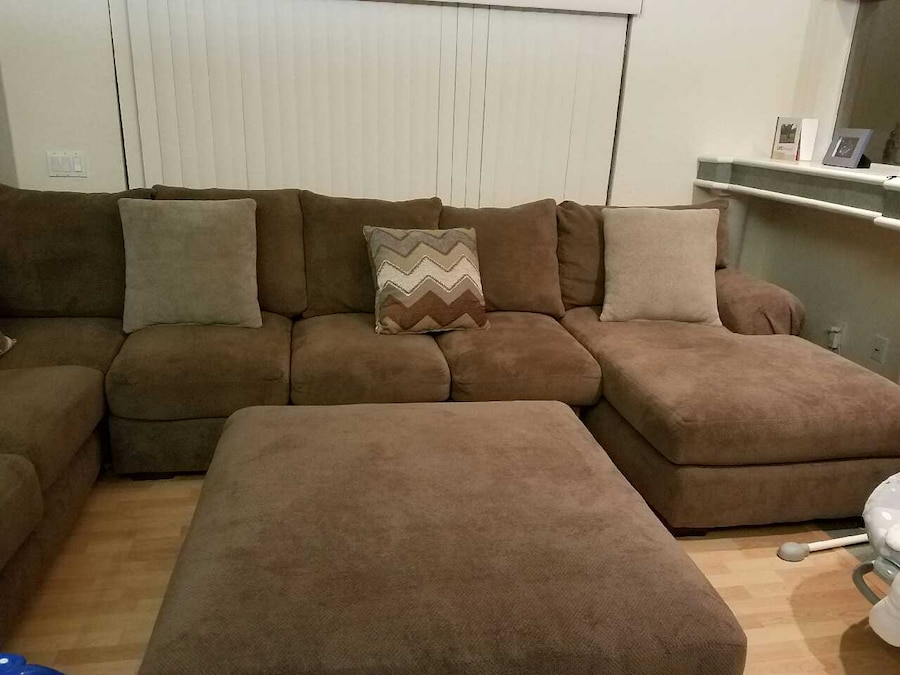 Hhgregg corinthian wynn sectional and ottoman in spring for Sectional sofa hhgregg