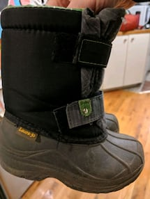 Winter boots size 9 kids