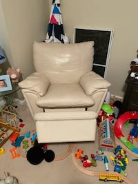 Recliner, Great Condition. (Will deliver for fee)