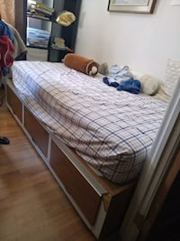 Brown bed with drawers, still in good condition Montréal