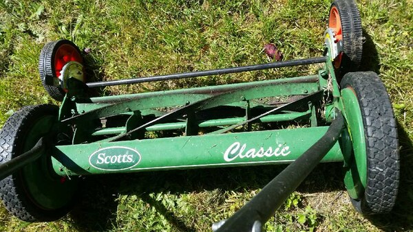 Reel lawnmower scotts  in like new conditio 1