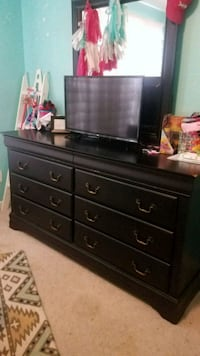 Black Dresser with Mirror and Queen Sleigh bed Lawrenceville, 30043